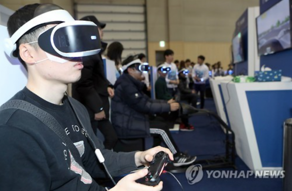 Despite the apparent popularity of VR technology, it wasn't the leading focus at the fair for domestic firms such as Nexon and Netmarble Games. (image: Yonhap)