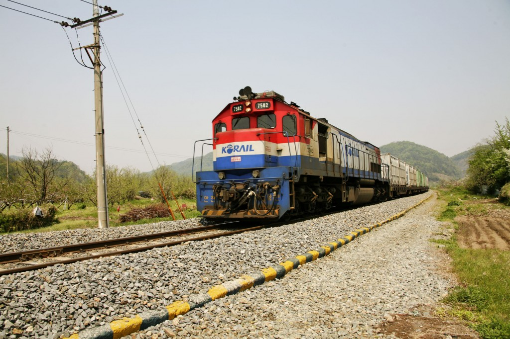 The move comes two days after the state-run Korea Railroad Corp. (KORAIL) and the union reached a deal, under which they agreed to decide the laborers' wages within the boundary of the guidelines provided by the government. (image: KobizMedia/ Korea Bizwire)