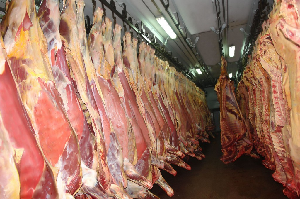 """Boxed sets of domestic beef, known as """"hanwoo"""" have been popular gifts for the traditional holiday seasons, but their high prices make people hesitant to give such gifts under the law. Instead, people tend to buy less expensive imported beef. (image: KobizMedia/ Korea Bizwire)"""