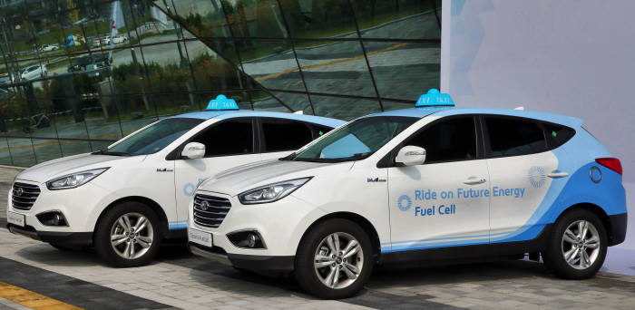 Under the project, the ministry will operate an initial 10 hydrogen fuel cell taxis, with each unit to be given a subsidy of 27.5 million won (around US$23,500), before adding five more in the first half of next year. (image: Hyundai Motor Company)