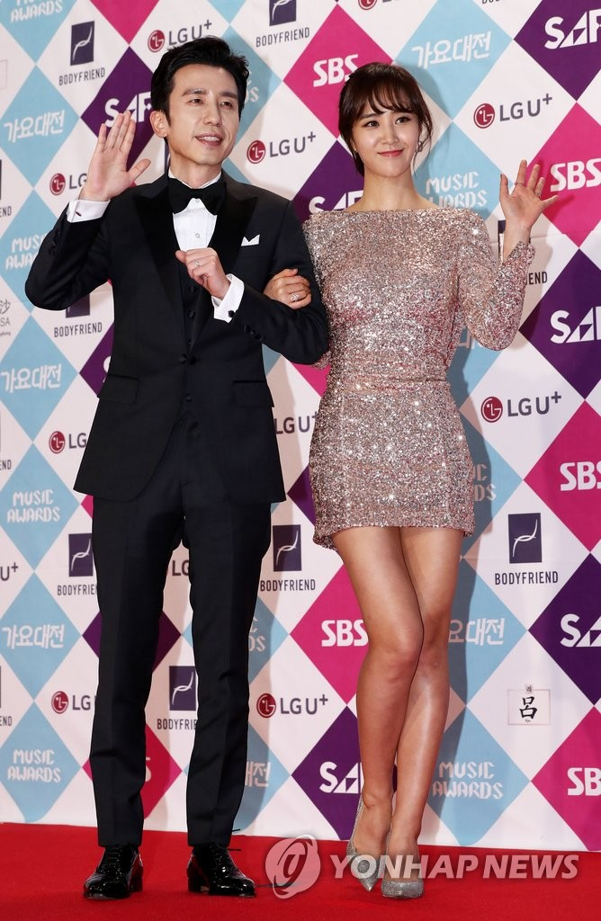 Hosts You Hee-yeol (L) and SNSD's Yuri.