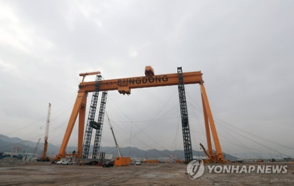 """""""It was sold at a much cheaper price (than it was put out in the market), but with the Romanian firm paying for the dismantling, shipping, and installation of the crane."""" (image: Yonhap)"""