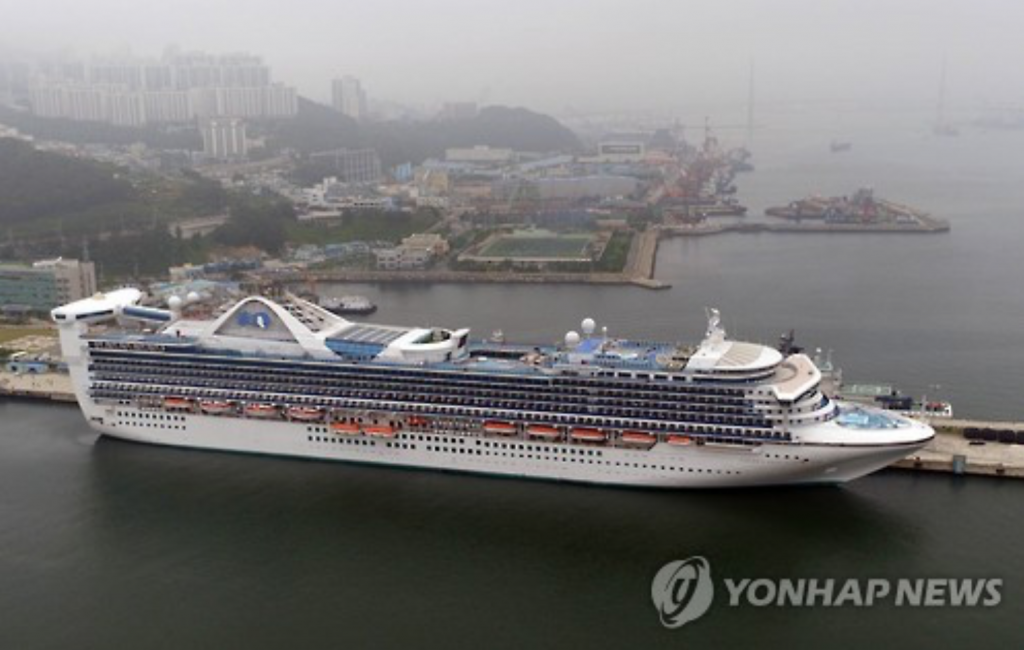 100,000-ton cruise ship, the Golden Princess, is docked at the International Cruise Terminal on June 8. (image: Yonhap)