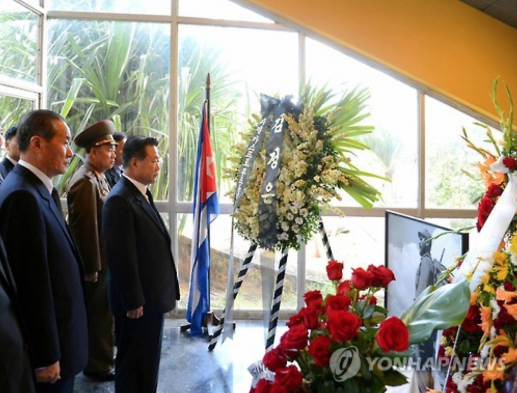 Choe Ryong-hae (R), a vice chairman of the ruling party's central committee, expresses his condolences over the death of former Cuban leader Fidel Castro on Nov. 29, 2016, in Havana. (image: Yonhap)
