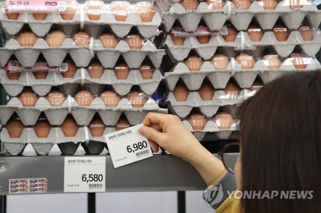 Prices of eggs have risen sharply due to a supply shortage and hoarding by some retailers. (image: Yonhap)