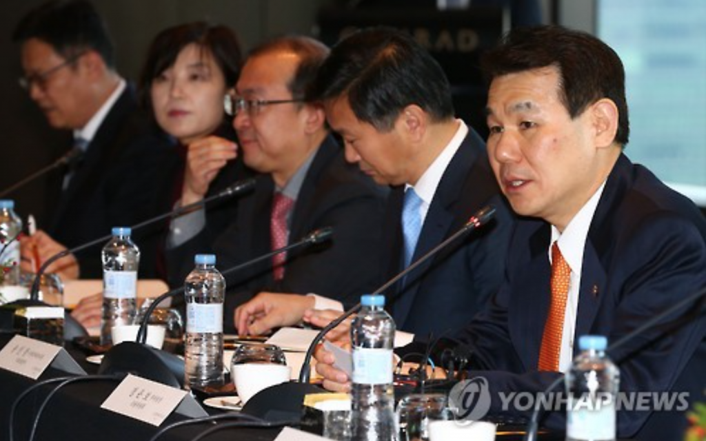 Jeong Eun-bo (R), vice chairman of South Korea's Financial Services Commission, speaks at a meeting in Seoul on Dec. 8, 2016, on the nation's bid to become a regional financial hub. (image: Yonhap)
