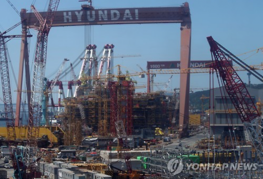 Hyundai Heavy, which also suffered a record loss of 3.25 trillion won in 2014, is expected to have benefited from an equity gain with its oil-refining unit, Hyundai Oilbank Co., and its cost-cutting measures, the sources said. (image: Yonhap)