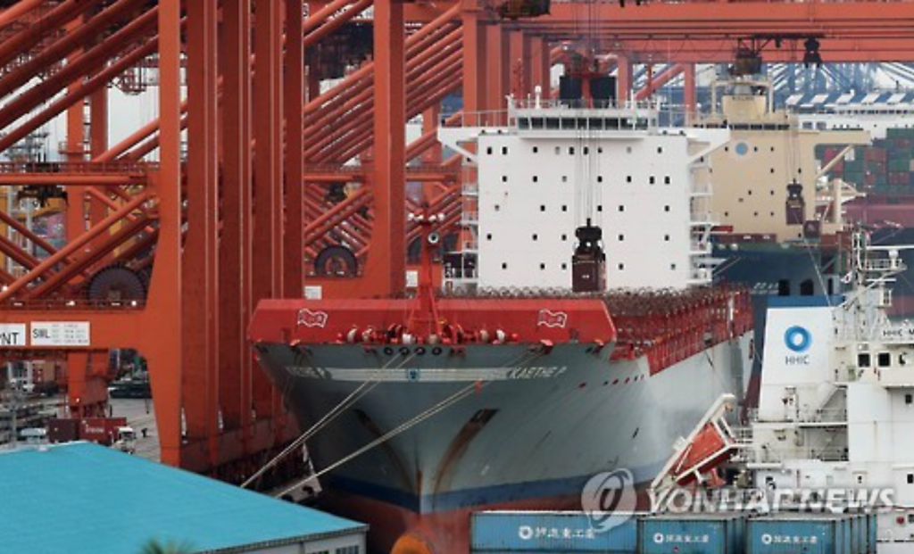 A container ship of Hyundai Merchant Marine Co. calls at a Busan port to load cargo in this undated file photo. (image: Yonhap)
