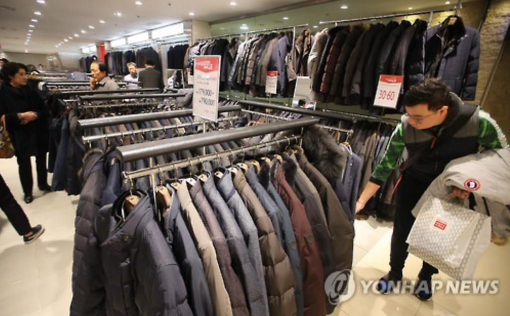 Industry watchers said that sales of premium padded jackets jumped in November ahead of the full-fledged start of winter, although local consumers tended to delay purchases of luxury goods in the face of a prolonged economic slump. (image: Yonhap)
