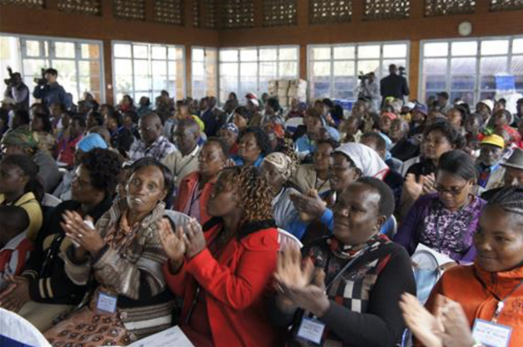 Kenyan farmers applaud during the meeting meant to assess South Korea-Kenya agricultural cooperation near Nairobi on Dec. 13, 2016. (image: Yonhap)
