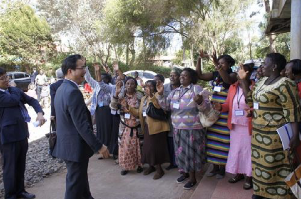 Chung Hwang-keun, head of the Rural Development Administration in South Korea, is welcomed by Kenyans near Nairobi on Dec. 13, 2016. (image: Yonhap)