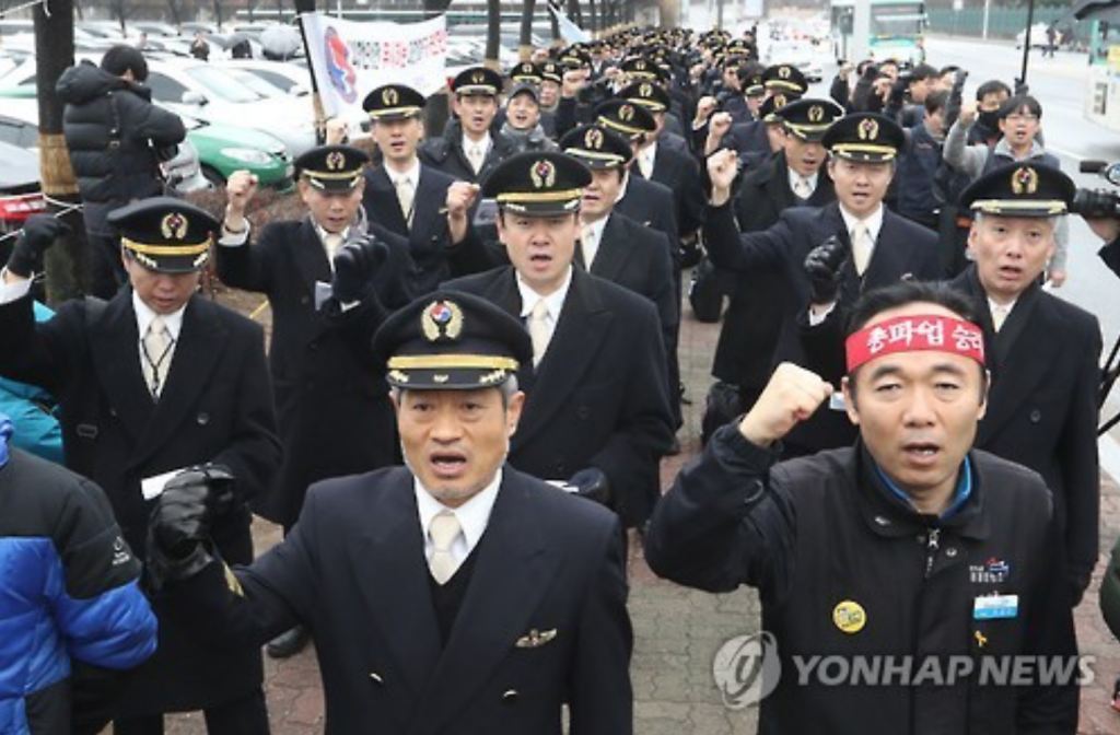 Unionized pilots of Korean Air mark the start of their 10-day walkout in a rally held in front of company headquarters in Seoul on Dec. 22, 2016. (image: Yonhap)