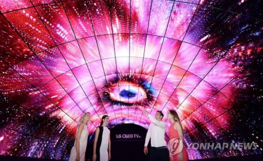 LG Display also plans to spend more than 6 trillion won to increase production of large-sized OLED panels as it seeks to raise output of such panels to 1.7 million units from 900,000 units this year. (image: Yonhap)