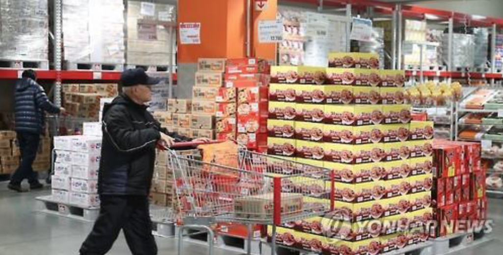 A customer passes by an instant noodle stand at a large discount store in Seoul on Dec. 19, 2016. (image: Yonhap)