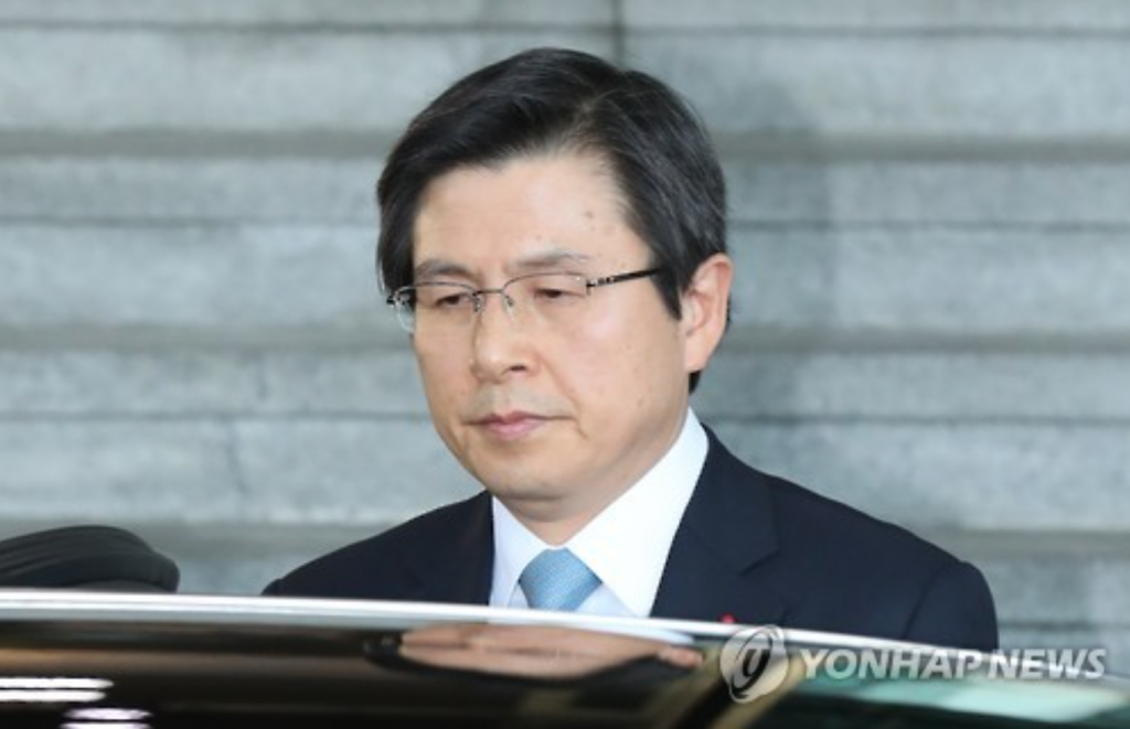 Prime Minister Hwang Kyo-ahn heads to the presidential office on Dec. 9, 2016, after parliament passed an impeachment motion against President Park Geun-hye. (image: Yonhap)