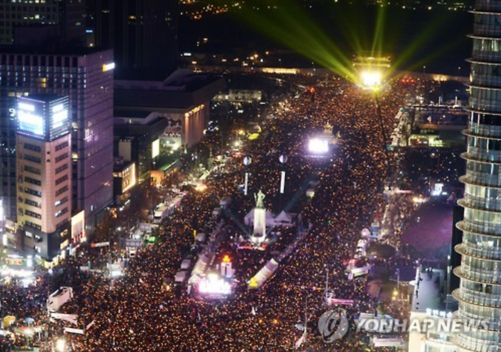 Protesters hold a candlelight rally at Gwanghwamun Square in central Seoul on Dec. 3 to call for President Park Geun-hye's resignation. (image: Yonhap)