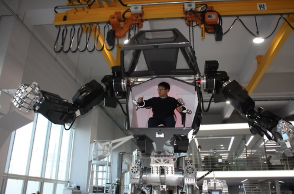 """The 4-meter-tall and 1.5-ton Method 2 robot has gone viral on social media after video footage of the robot walking like a human was released, particularly for its resemblance to the military robots starring in the blockbuster """"Avatar."""" (image: Yonhap)"""