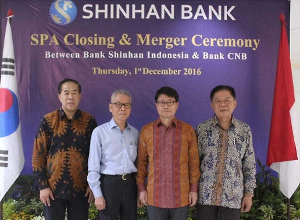 Suh Tae-won (2nd from R), head of Shinhan Bank Indonesia, poses for a photo in a ceremony at the headquarters of Centratama Nasional Bank on Dec. 1, 2016. (image: Shinhan Bank)