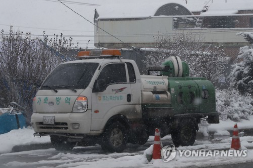 According to quarantine officials from Gyeonggi Province, heavy snow or rain can help minimize the airborne spread of the AI virus, and prevent viral agents on the ground from dispersing into the air. (image: Yonhap)