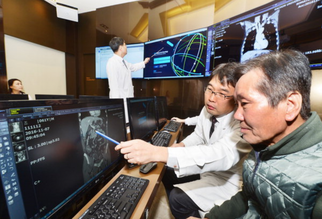 The hospital said that based on the health data of Cho Tae-hyun – a 61-year-old stage three colorectal cancer patient who underwent laparoscopic surgery – Watson suggested that Cho needed chemotherapy using FOLFOX and Cape-Ox drugs, the same treatment that Cho's human medical team agreed on. (image: Gachon University Gil Hospital)
