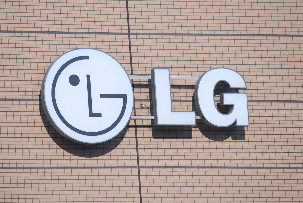"""Samsung Electronics overwhelmingly beat LG Electronics in terms of overall profitability, but the two companies are neck and neck in the home appliance segment."" (image: KobizMedia/ Korea Bizwire)"