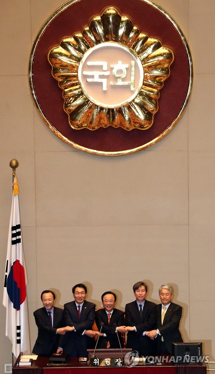 Members of the parliamentary committee on the constitutional revision pose for a photo at the National Assembly in Seoul on Jan. 5, 2017. (image: Yonhap)