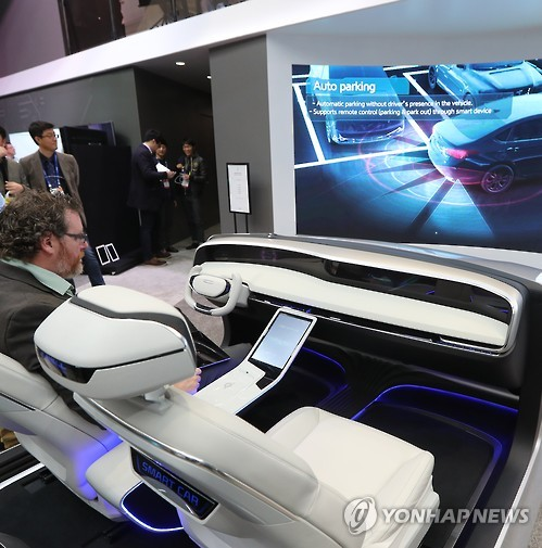 A visitor experiences self-driving car technologies developed and showcased by South Korea's largest auto parts maker Hyundai Mobis Co. (image: Yonhap)