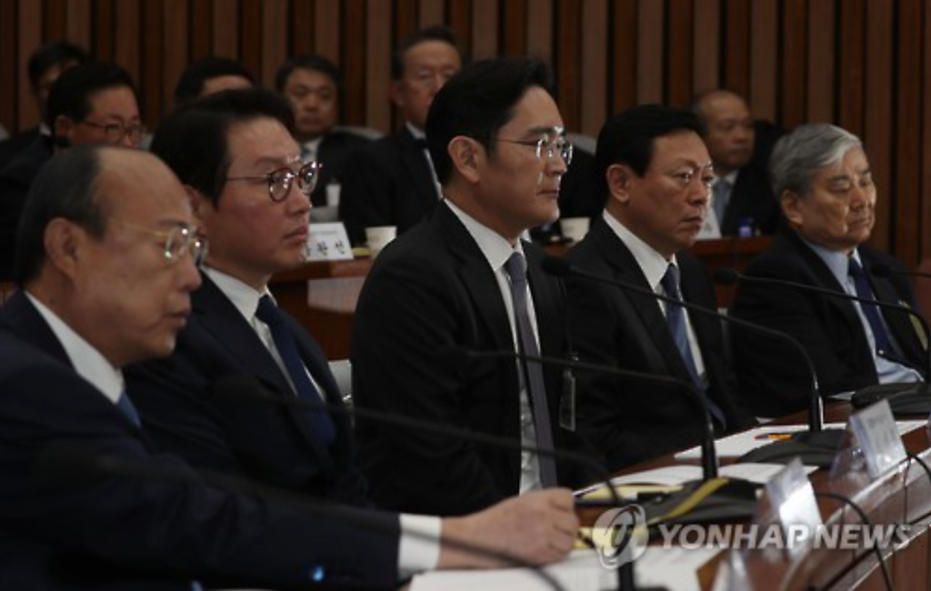 Heads of South Korea's top business groups attended a parliamentary hearing on December 6 over the political scandal. From left, they are Kim Seung-youn, chairman of Hanwha Group, Chey Tae-won, chairman of SK Group, Lee Jae-yong, vice chairman of Samsung Group, and Lotte Group chairman Shin Dong-bin. (image: Yonhap)