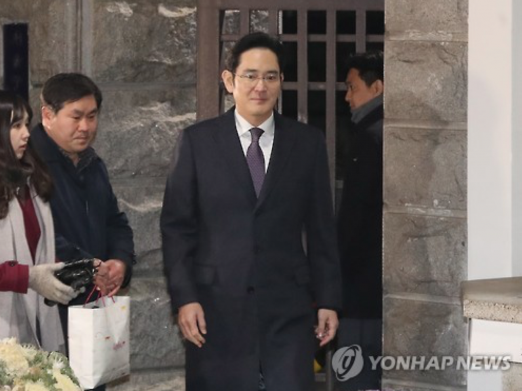 Samsung Vice Chairman Lee Jae-yong leaves a Seoul detention center early Thursday after court rejected the arrest warrant sought by the special prosecution team. (image: Yonhap)