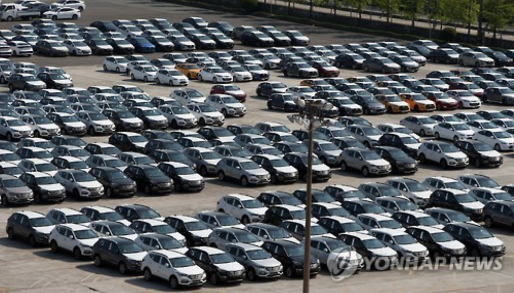 Led by Hyundai Motor Co., the five carmakers sold a combined total of 1,588,572 cars in the domestic market, up 0.6 percent from 1,579,705 units sold the previous year. (image: Yonhap)