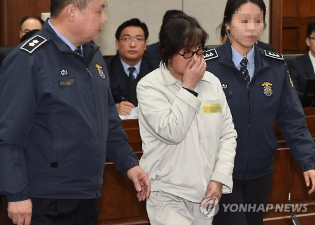 "Choi Soon-sil, dubbed South Korea's ""Rasputin,"" enters a Seoul courtroom on Jan. 5, 2017, to attend the first formal court hearing on a massive influence-peddling scandal that has led to President Park Geun-hye's impeachment. (image: Yonhap)"