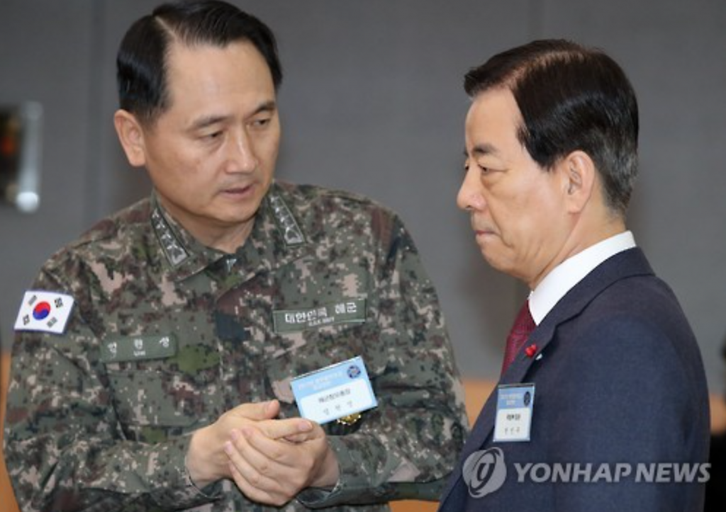 Chief of Naval Operations Adm. Um Hyun-seong (L) talks to Defense Minister Han Min-koo before they attend the New Year policy briefing to Acting President and Prime Minister Hwang Kyo-ahn on defense and security matters at a government complex in Seoul. (image: Yonhap)