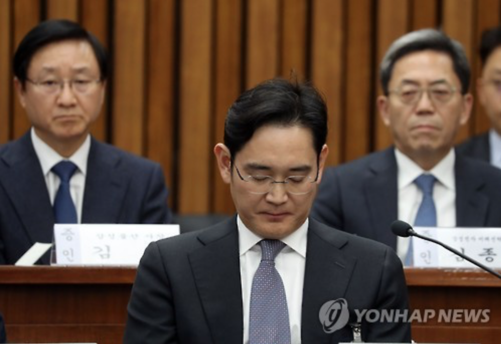 Samsung Electronics Vice Chairman Lee Jae-yong (C) attends a parliamentary hearing on the corruption scandal involving President Park Geun-hye's confidante Choi Soon-sil on Dec. 6, 2016. (image: Yonhap)