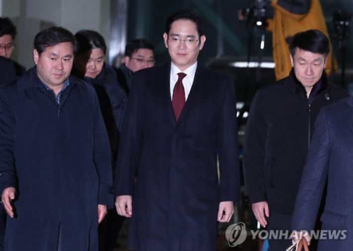 Lee Jae-yong leaves the office of the special prosecution team on January 13, after being interrogated for over 22 hours. (image: Yonhap)