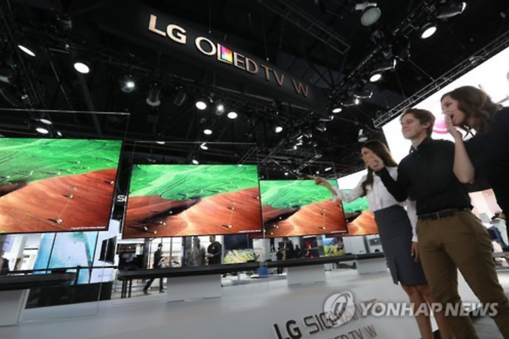 """Tim Alessi, head of product marketing at LG's American unit, said in a statement that the new OLED TV lineup """"demonstrates our commitment to innovation and leadership in OLED and the premium TV market globally."""" (image: Yonhap)"""