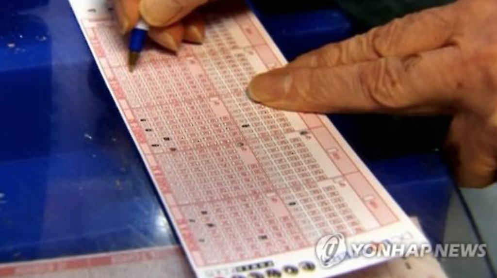 Social analysts say the return of Lotto's popularity is relevant to the current slump in the country's economy, hit by a worsening job market, household debts and slowing growth. People tend to buy into the lottery in hopes of getting rich quick during hard times, they say. (image: Yonhap)