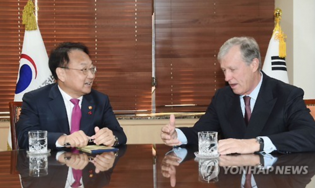 South Korean Finance Minister Yoo Il-ho (L) and Nick Rischbieth, the president of the Central American Bank for Economic Integration (CABEI), meet in Seoul on Jan. 17, 2017. (image: Yonhap)
