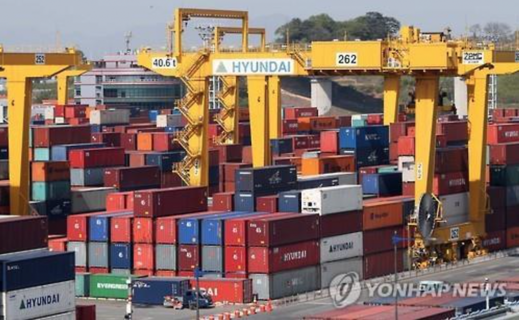 While transshipment cargo processed there dipped 2.8 percent to 9.8 million TEUs, affected by Hanjin's trouble, Hyundai Merchant Marine and other local shipping lines are filling in for Hanjin, said the ministry. (image: Yonhap)