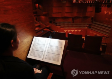 Concert Hall Offers Seat with No Stage View, Only Sheet Music