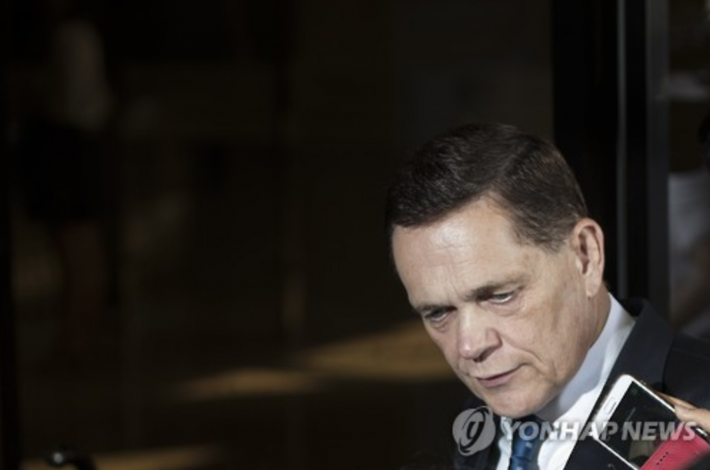 Johannes Thammer, head of Audi Volkswagen Korea, arrives at the Seoul Central District Prosecutors' Office for questioning on the automaker's suspected documents fabrication on August 11, 2016. (image: Yonhap)