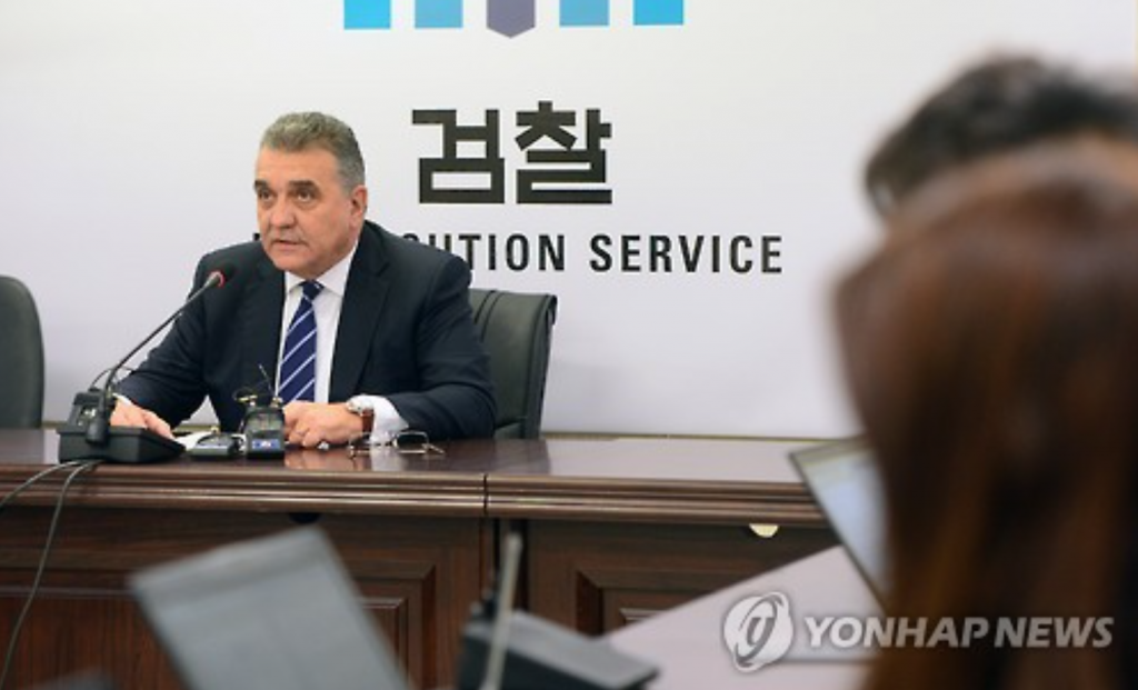 Francisco Javier Garcia Sanz, a member of Volkswagen AG's Board of Management, speaks to reporters at the Seoul Central District Prosecutors' Office on Jan. 18, 2017, during his visit to the office. (image: Yonhap)