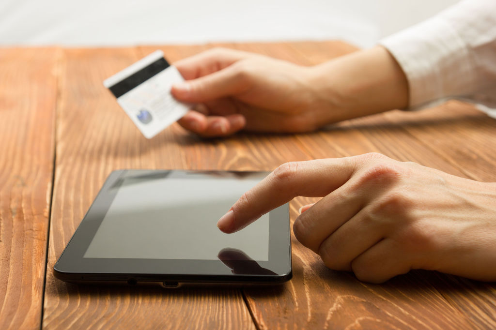 Purchases made through smartphones, tablets and other mobile gadgets also soared 30.2 percent on-year to a record 3.5 trillion won, accounting for 56.3 percent of all online sales in December. (image: KobizMedia/ Korea Bizwire)