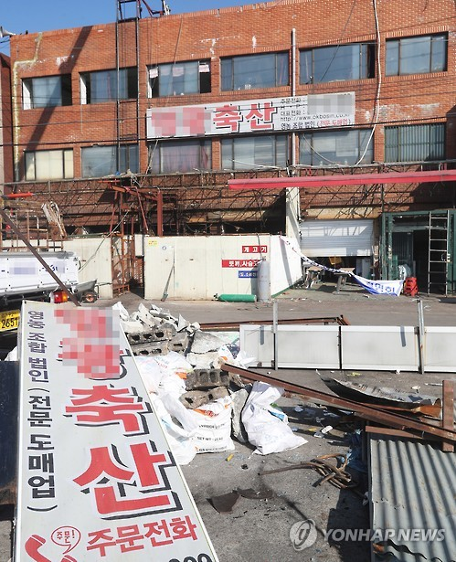 A store is being torn down for renovation, as part of the first step for ultimately switching to a non-dog meat business. (image: Yonhap)