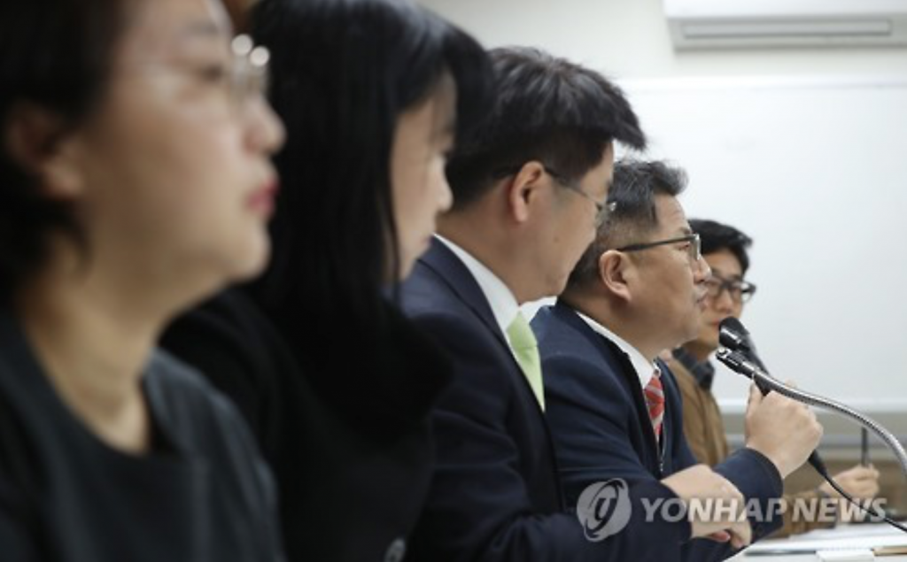 Local civic group the Lawyers for a Democratic Society holds a press conference in Seoul on Feb. 9, 2017, over a compensation suit that artists filed against President Park Geun-hye and her former aides over allegations her administration created a blacklist of artists deemed critical of the government. (image: Yonhap)
