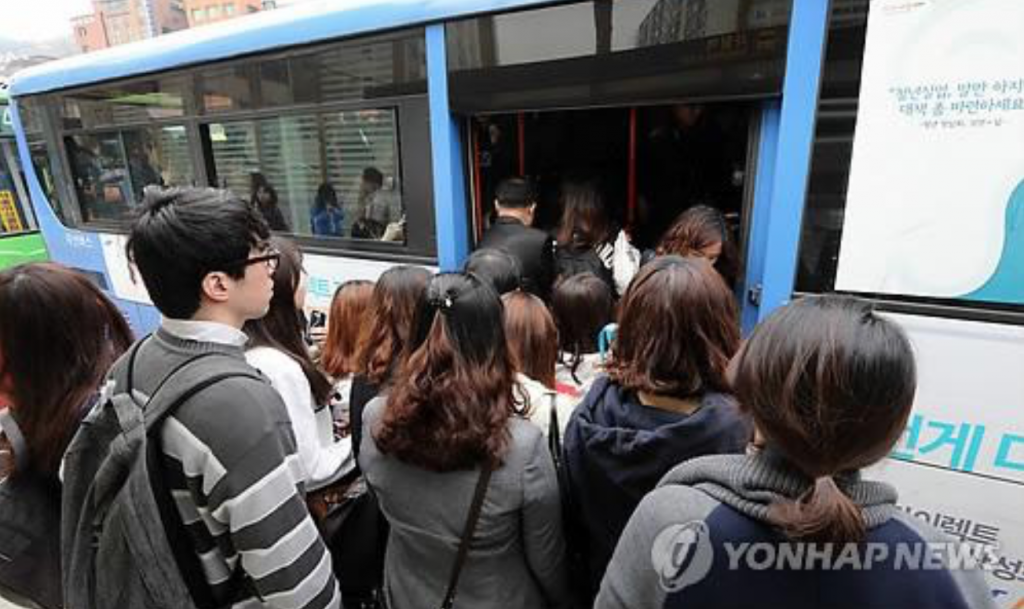 Officials said that the decision reflects the fact that commuters flock to specific bus routes at a fixed set of hours, during which the remainder of the routes remained unoccupied. (image: Yonhap)