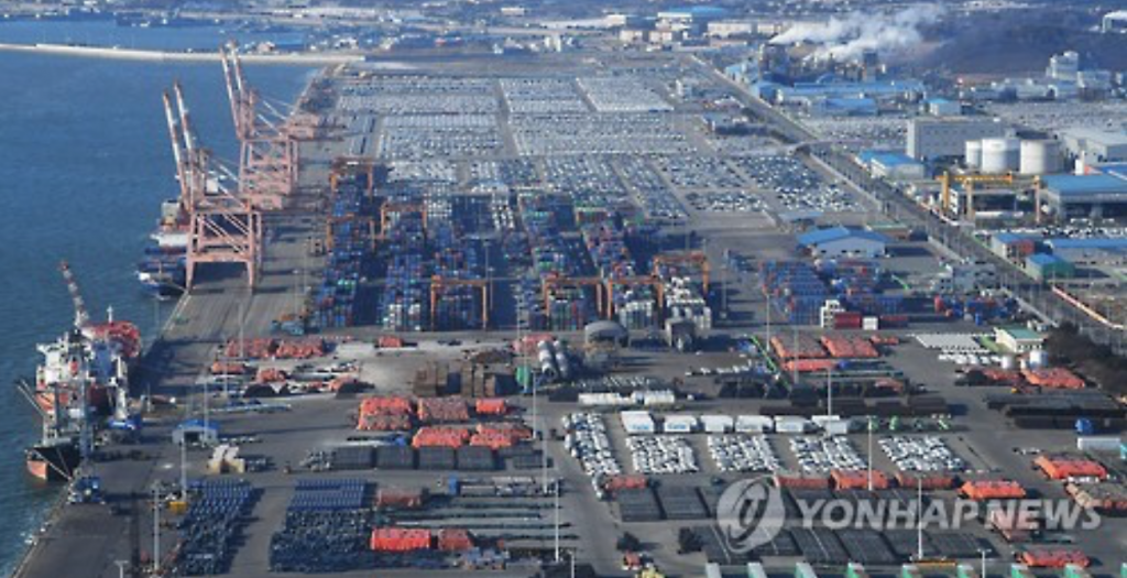 It is the first time in four years since January 2013 that the nation's exports have posted a double-digit growth. (image: Yonhap)