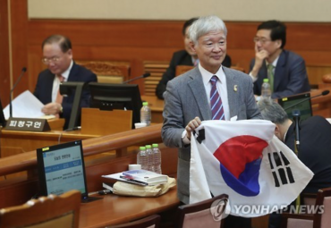 President Park's Lawyer Holds Up Korean Flag at Impeachment Trial