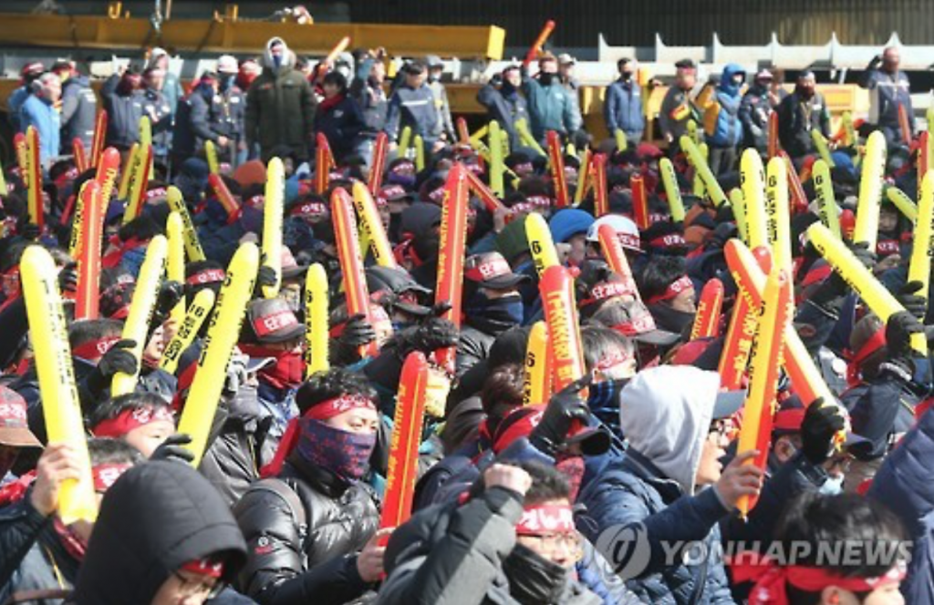 Unionized workers of South Korean shipbuilder Hyundai Heavy Industries stage a walkout, citing failed wage negotiations, at their plant in Ulsan, South Korea on Feb. 23, 2017. (image: Yonhap)
