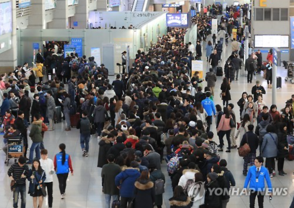 The daily spike was attributed to a sharp increase in the number of South Koreans going abroad for their spring vacation before the beginning of a new school semester. (image: Yonhap)