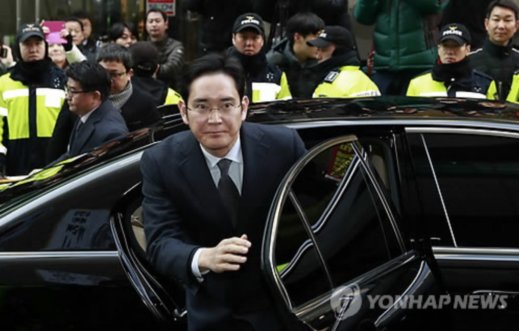 Lee Jae-yong, vice chairman of Samsung Electronics Co., arrives at the special prosecutors' office in Seoul on Feb. 13, 2017, for questioning over allegations Samsung Group offered financial aid to President Park Geun-hye's longtime friend Choi Soon-sil, the woman at the center of a massive corruption scandal, in return for business favors. (image: Yonhap)